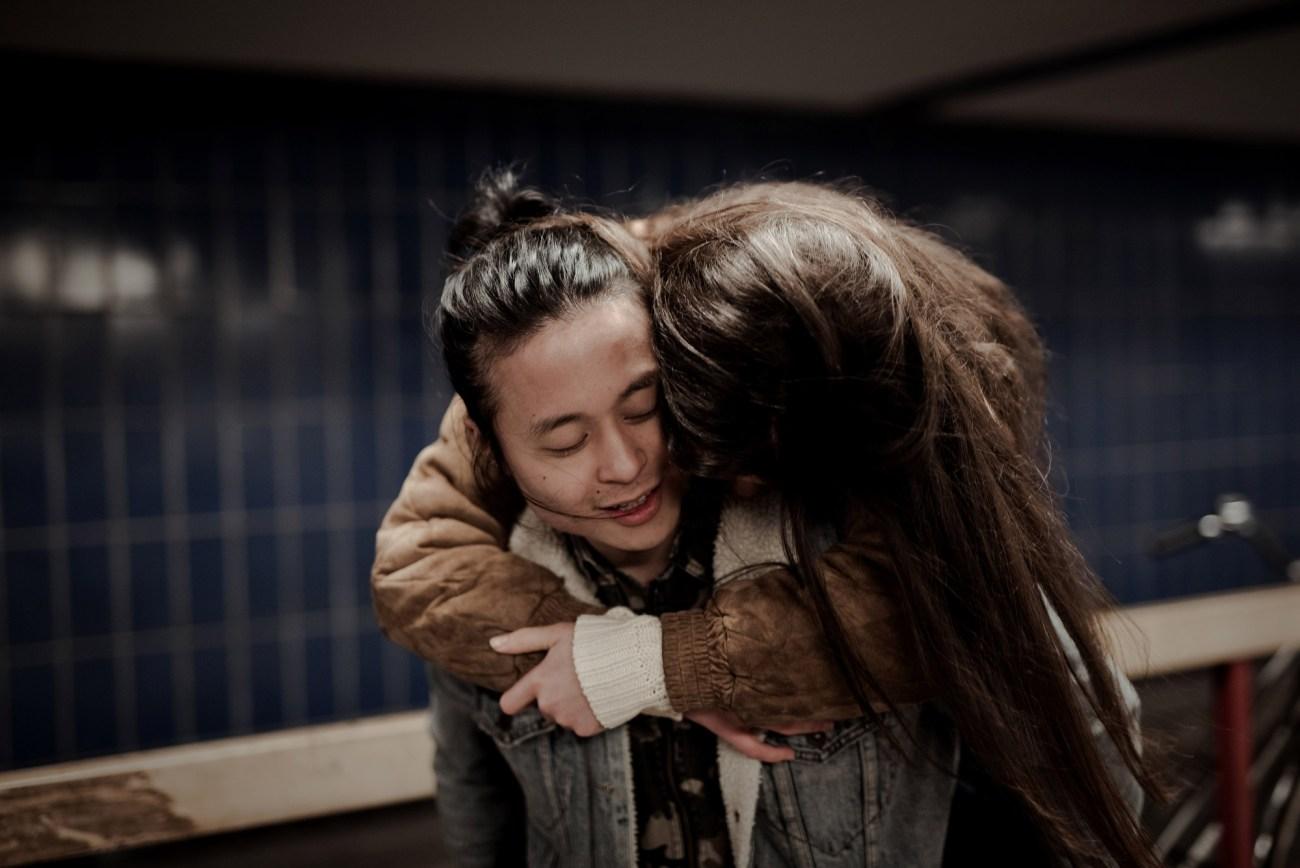 Liebespaar beim Fotoshooting in einer U-Bahn Station, sie ist huckepack auf seinem Rücken