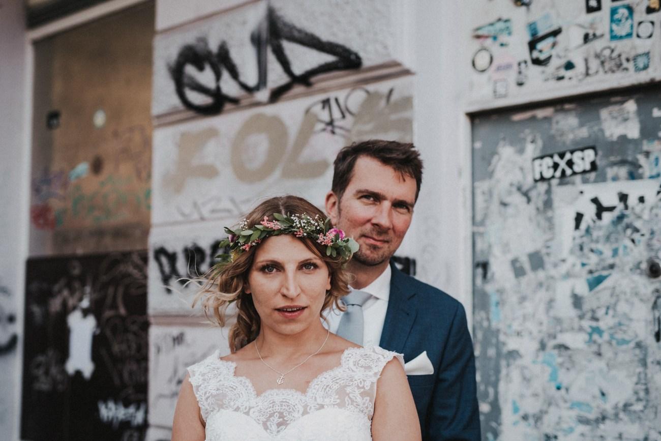 Hochzeit in Hamburg von FC St.Pauli Fans, Pärchenshooting auf der Hamburger Reeperbahn vor Graffiti