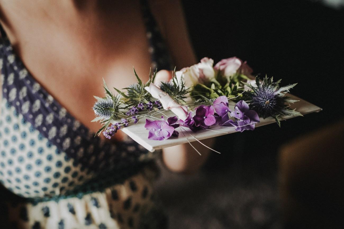 Hochzeit in Hamburg, Braut beim Getting Ready mit echten Blumen für die Haare