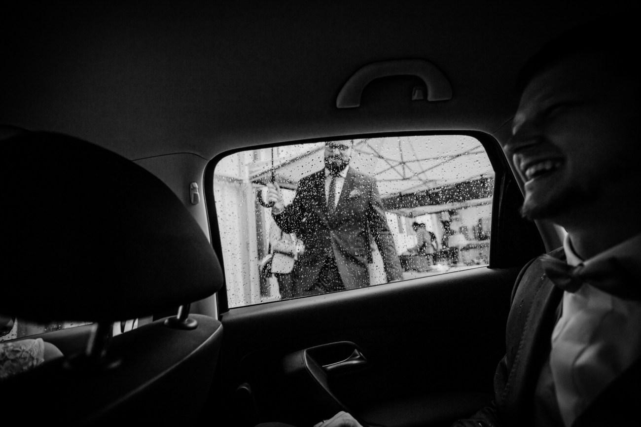 Bräutigam im Auto bei starkem Regen