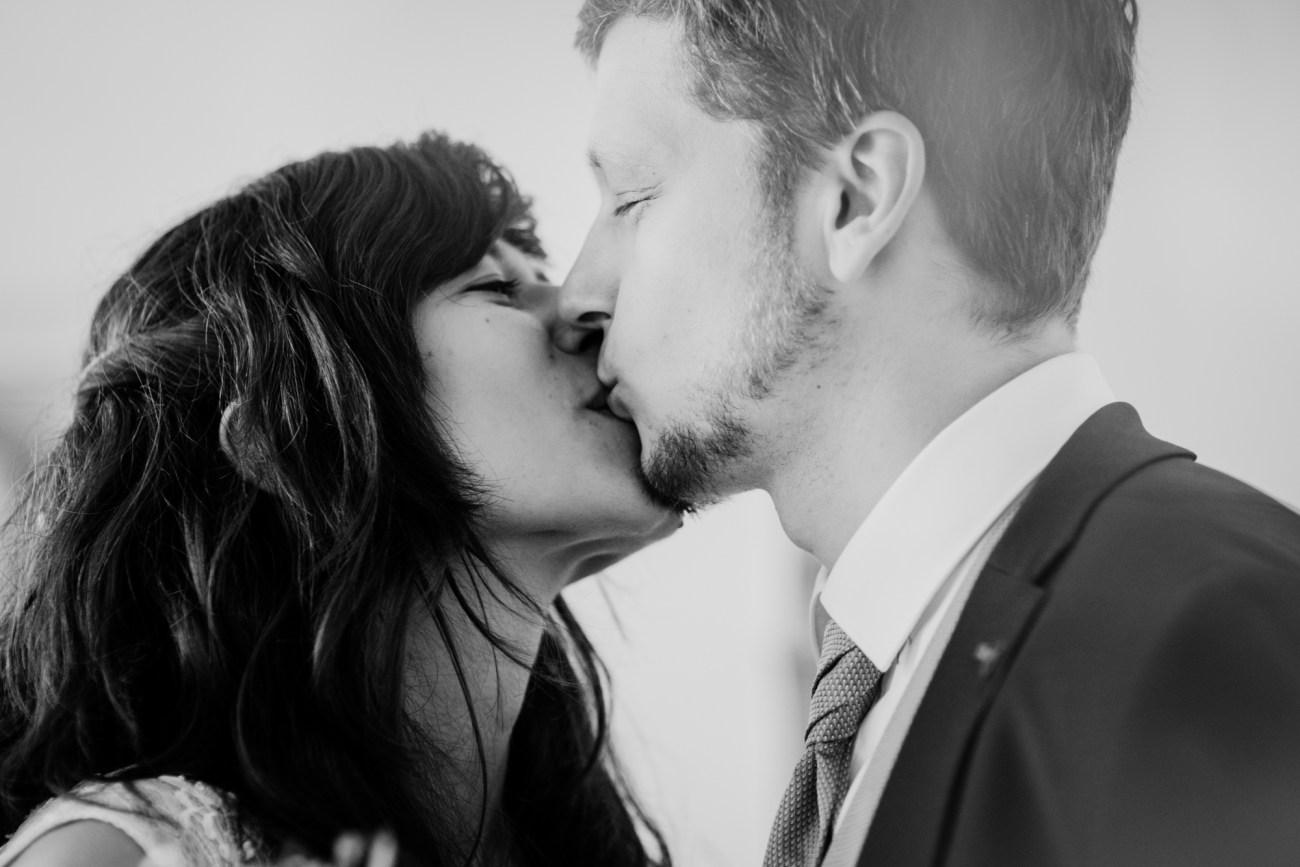Kuss eines Brautpaares - schwarzweiss Foto