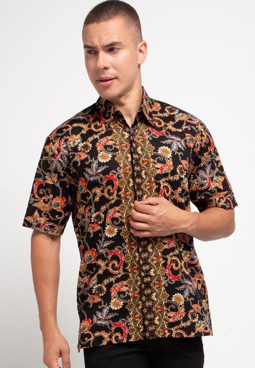 Short sleeves shirt Didesain trendy dalam motif batik print Pointed collar dan button opening Cocok digunakan pada saat acara formal dan nonformal Material : Katun prima