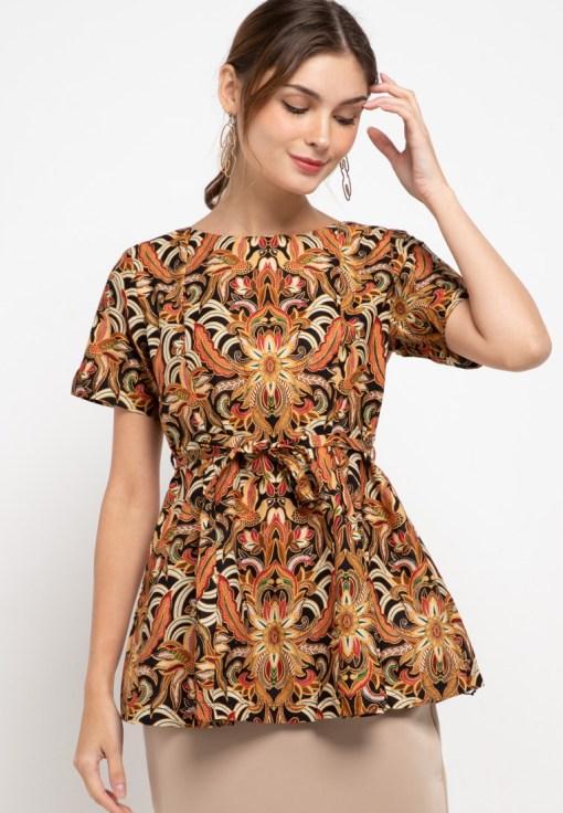 Short sleeves blouse Didesain ethnic dalam motif batik Round neckline, back zipper opening dan self tie belt Nyaman saat digunakan Material : Katun & Batik Print