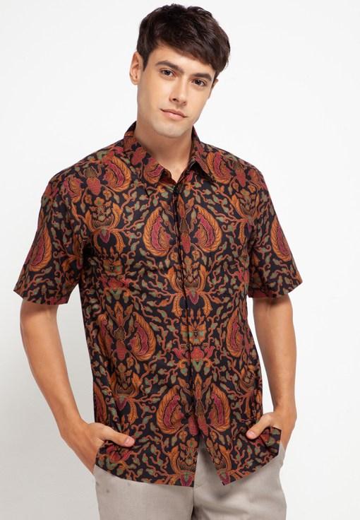 Kemeja batik lengan pendek Desain casual Detail pointed collar, front button opening, dan left chest pocket Ideal untuk digunakan pada acara formal Material : Katun dan batik print