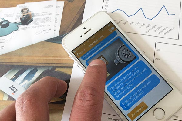 Communiquez avec votre téléphone portable et servez-vous des éléments imprimés pour avancer dans le jeu.