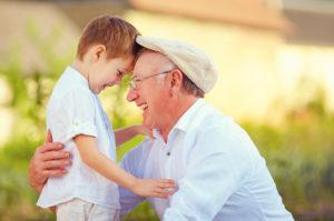 abuelo y su nieto disfrutando del verano