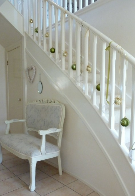 30 staircase christmas decoration ideas to diy this year for Hang stockings staircase