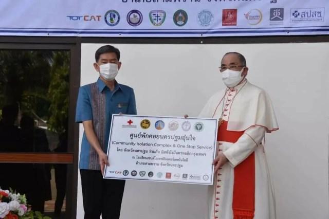 Cardinal Francis Xavier Kriengsak Kovithavanich, Archbishop of Bangkok, turns over the 630-bed isolation facility to Surasak Charoensirichot, governor of Nakorn Pathom province, on Aug. 6, 2021. / Courtesy of the Archdiocese of Bangkok
