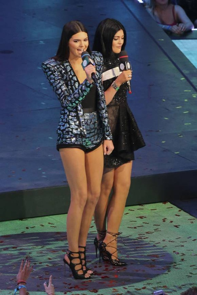 1kendall-kylie-jenner-muchmusic-video-awards-on-stage-look-splash__width_580
