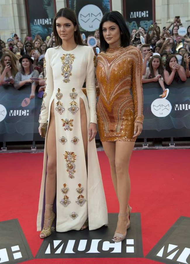 1kendall-kylie-jenner-muchmusic-video-awards-red-carpet-look-ap__width_580