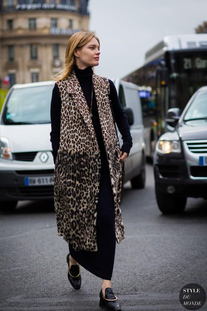 Street style com animal print para iniciantes. Vestido tubo preto, sapato masculino e colete animal print alongado por cima.