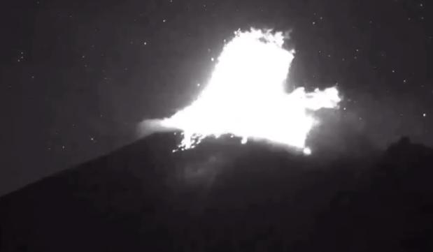 Esta noche el volcán Popocatépetl registró fuerte explosión