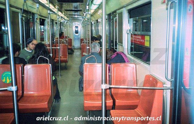 Interior tren Concarril NS88 de Metro de Santiago, foto análoga, ~2006