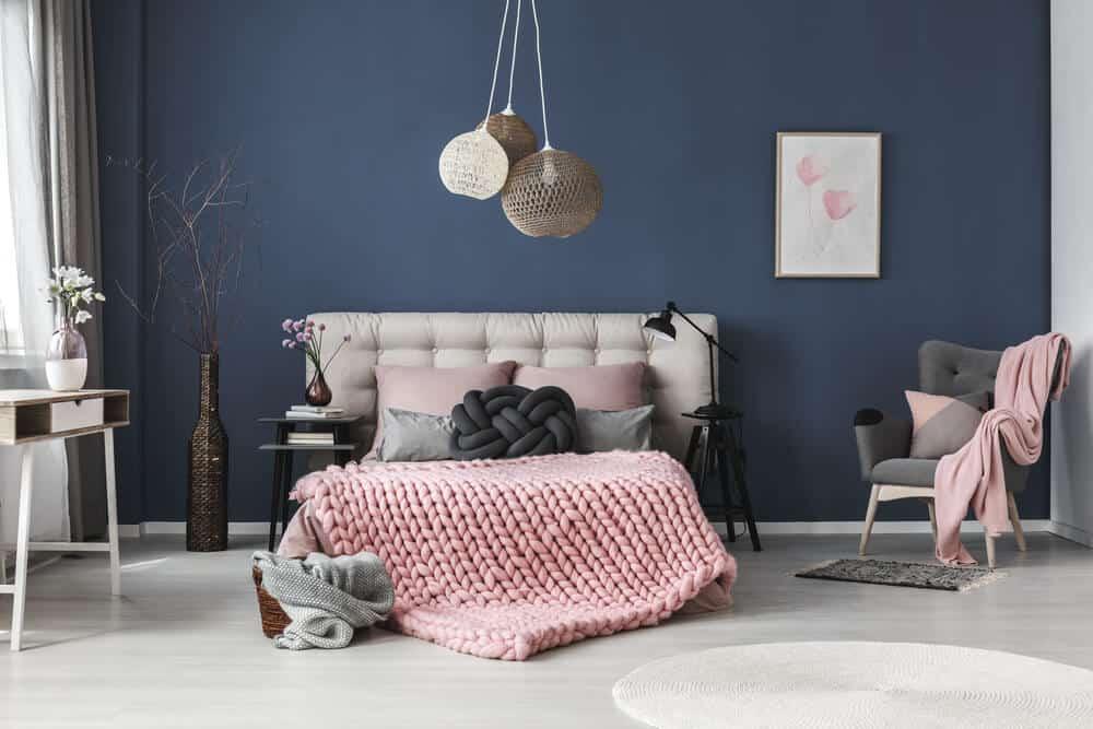 minimalist bedroom, dark accent walls bedroom, dark cozy bedroom