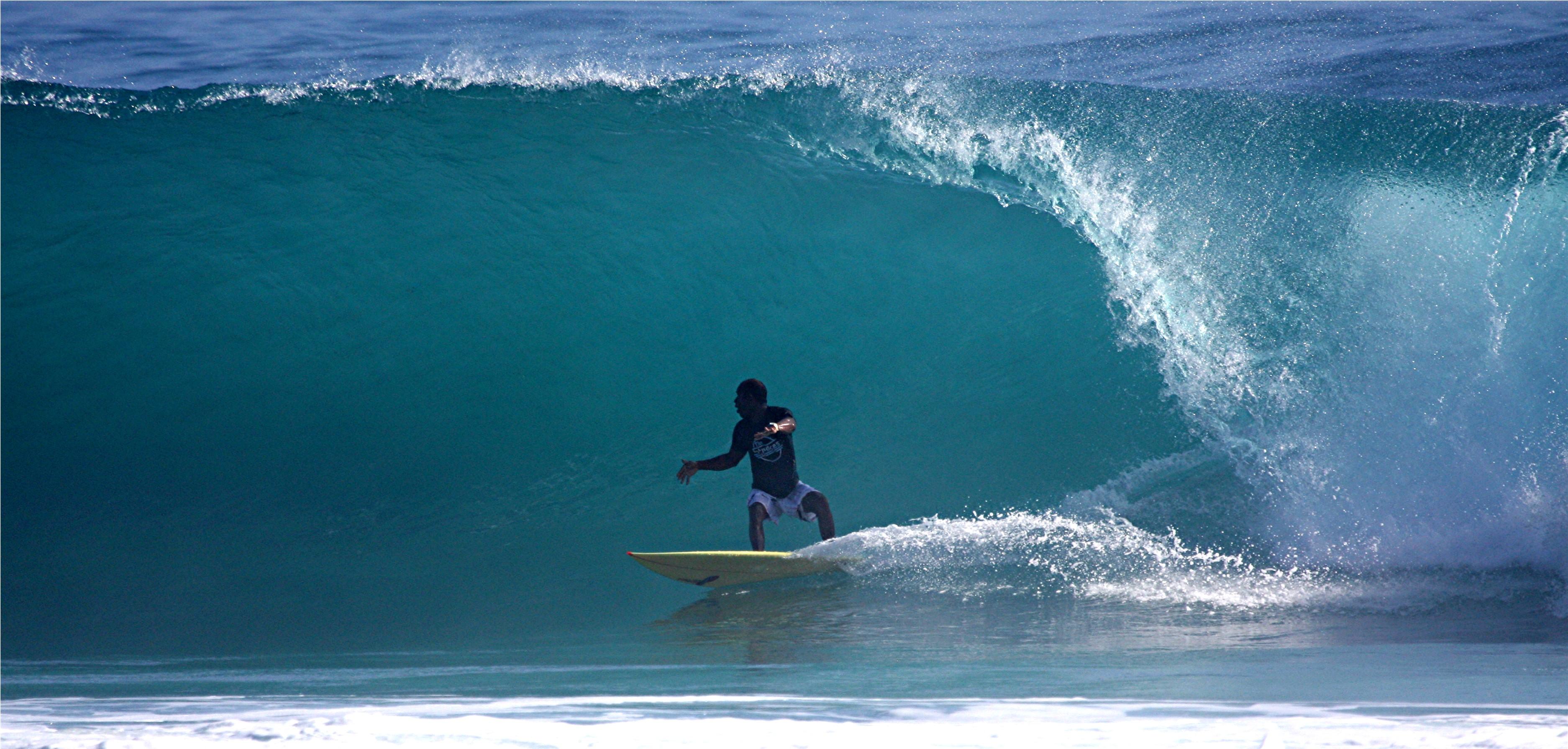 Obdulio surfeando en playa Encuentro