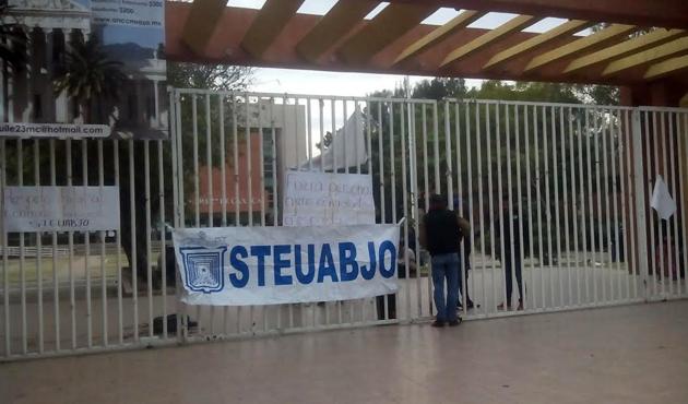 Se apodera Steuabjo de las instalaciones universitarios por rector incumplido (07:54 h)