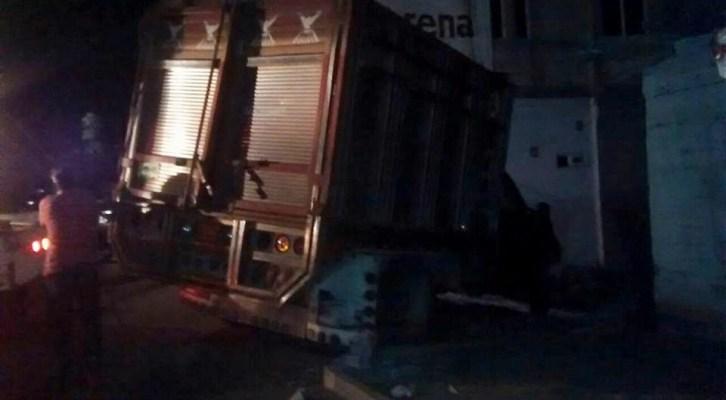 Camioneta se estrella contra una vivienda (14:08 h)