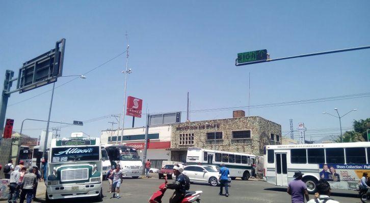 Llega policía al bloqueo de los normalistas, deciden liberar un carril (14:45 h)