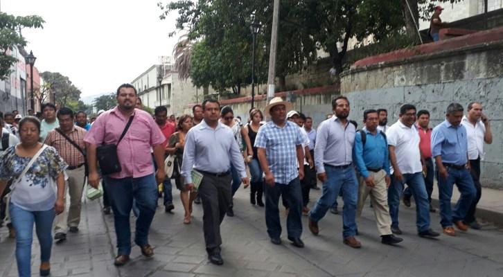 Marchan regularizados para manifestar su repudio a la evaluación docente (19:20 h)