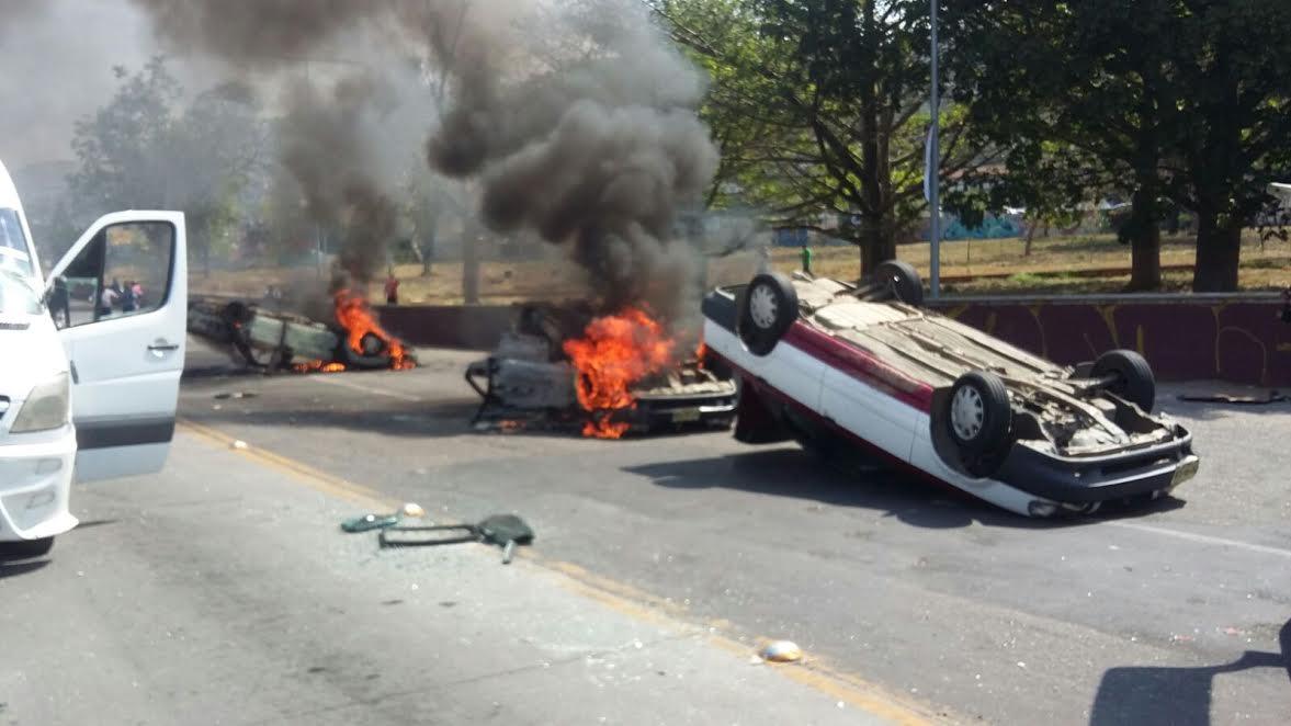 Riña entre transportistas deja 1 muerto y taxis quemados en Oaxaca