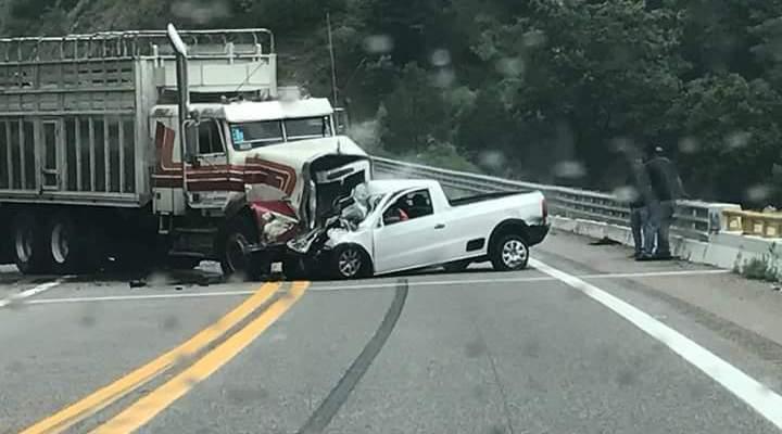 Chocan de frente torton y camioneta en la súper, 2 muertos (21:09 h)