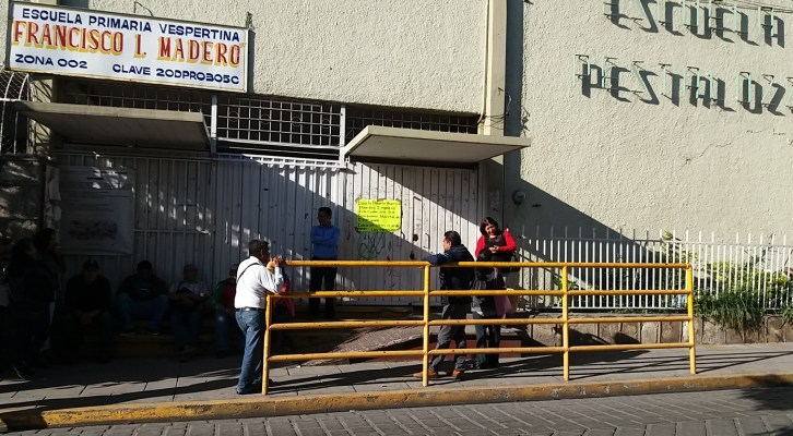 Padres de familia de la primaria Pestalozzi impiden entrada de maestros a la escuela (09:45 h)