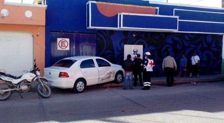 Camioneta choca contra vehículo y vivienda (16:00 h)