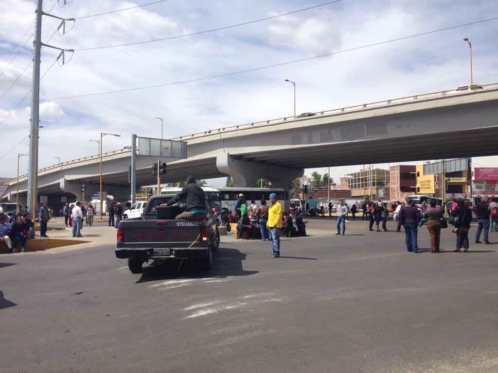 Bloquean sindicalizados de la UABJO avenida en la Ciudad de Oaxaca