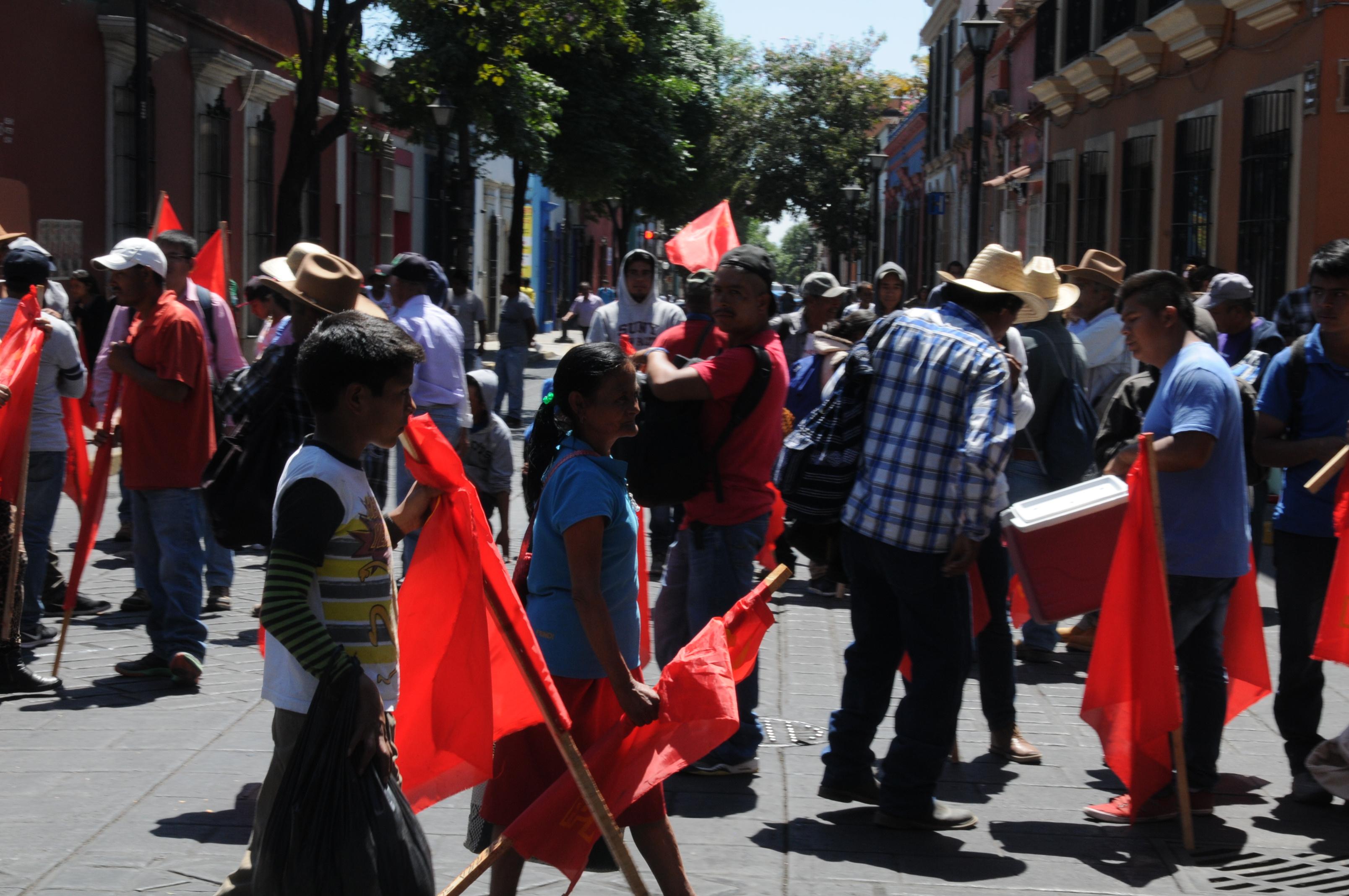 Bloquean el crucero del IEEPO y del Aeropuerto en Oaxaca