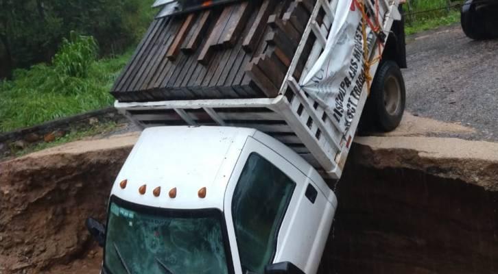 Camioneta cae en un socavón provocado por las lluvias en carretera de la Costa (19:05 h)