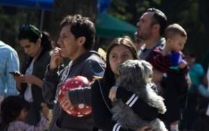 CIUDAD DE MÉXICO, 25DICIEMBRE2017.- Familias se reúnen en la explanada de parque México tras activarse la alerta sísmica en la capital. Según autoridades el sismo se regitró en las costas de Guerrero con una magnitud de 5.4 grados en la escala de Richter. FOTO: GALO CAÑAS /CUARTOSCURO.COM