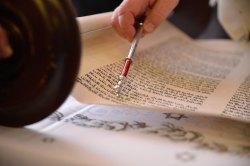Das Pergament wird nur mit dem Jad berührt
