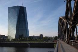 Frankfurt EZB und Eisenbahnbrücke