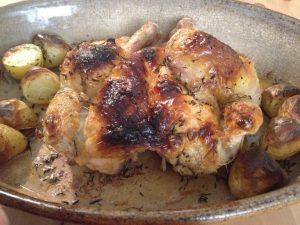 Cuisson du poulet en crapaudine, dans un plat à gratin