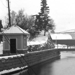 Tampere Finlaysonin voimalaitoskanavaa (mittakanavaa) ja mittauskoppi 1920-luvulla patouudistuksen jälkeen. Tampereen museoiden kuva-arkisto