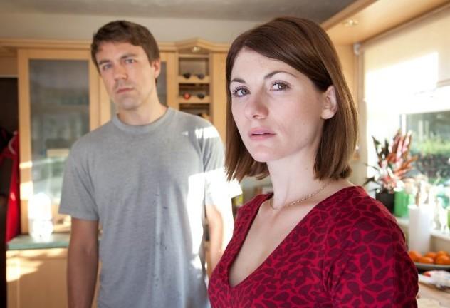 Szenenbild aus BROADCHURCH - 1. Staffel - Mark und Beth (Jodie Whittaker) Latimer im Schockzustand- © ITV