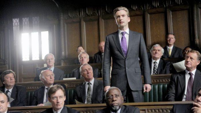 Szenenbild aus THE POLITICIAN'S HUSBAND - Aidan Hoynes (David Tennant) im Parlament - © Daybreak Pictures
