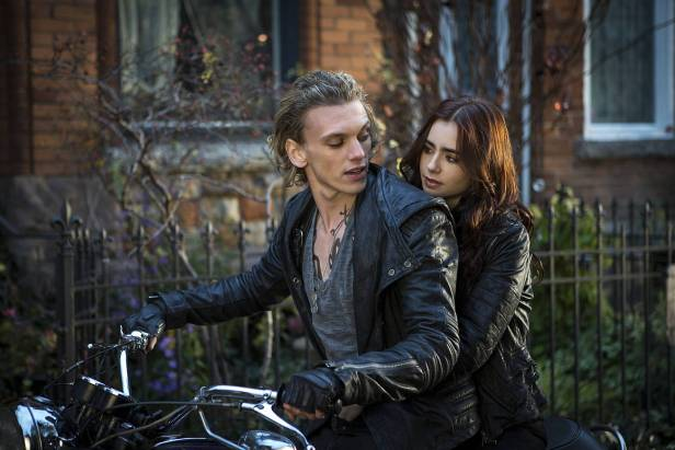 "CITY OF BONES - or: #808080;"">Jace (Jaime Cambell Bower) und Clary (Lily Collins) - © Constantin"