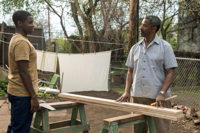 Szenenbild aus FENCES - Cory (Jovan Adepo) und Vater Troy (Denzel Washington) im Garten - © Paramount Pictures