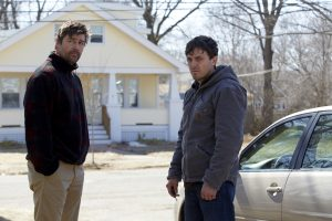 Filmstill aus MANCHESTER BY THE SEA (2016) von Kenneth Lonergan, Kyle Chandler (Joe Chandler) und sein Bruder Lee (Casey Affleck), Copyright Universal Pictures Germany