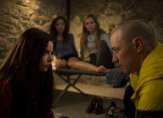 """Filmstill aus SPLIT (2016) - """"Hedwig"""" (James McAvoy) und Casey (Anya Taylor-Joy) - © Universal Pictures"""