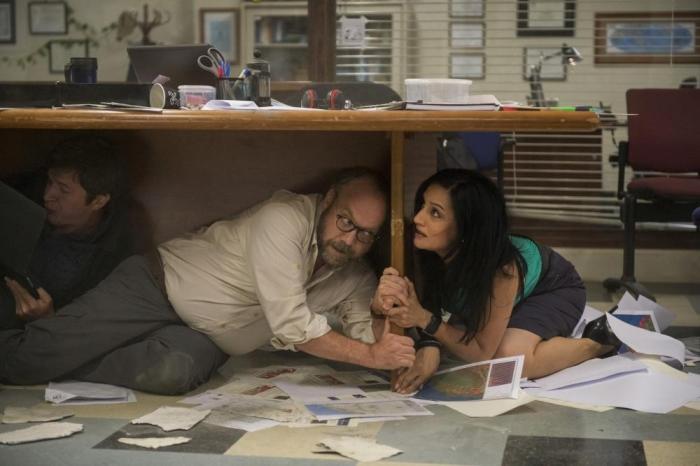 Filmstill aus SAN ANDREAS - Dr. Hayes (Paul Giamatti) und Sarah Johnson (Archie Panjabi) suchen Schutz - © Warner Bros.