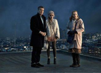 Szenenbild aus A LONG WAY DOWN (2014) -Martin (Pierce Brosnan), Jess (Imogen Poots) und Mauren (Toni Collette) auf dem Dach - © Universum
