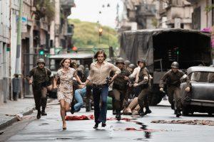 Szenenbild aus COLONIA DIGNIDAD - Lena (Emma Watson) und Daniel (Daniel Brühl) fliehen - © Majestic