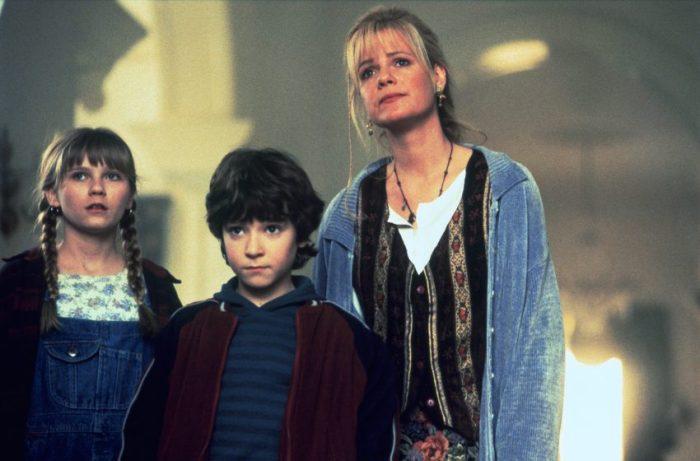 Szenenbild aus JUMANJI (1995) -Judy (Kirsten Dunst), Peter (Bradley Pierce) und die erwachsene Sarah (Bonnie Hunt) - © Sony Home