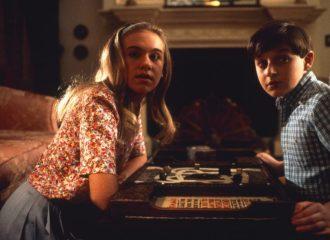 Szenenbild aus JUMANJI (1995) - Sarah (Laura Bell Bundy) und Alan (Adam Hann-Byrd) spielen Jumanji - © Sony Home Entertainment
