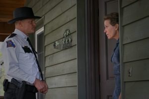 Szenenbild aus THREE BILLBOARDS OUTSIDE EBBING, MISSOURI - Sheriff Bill Willoughby (Woody Harrelson) spricht Mildred Hayes (Frances McDormand) auf die Werbetafeln an - © Fox