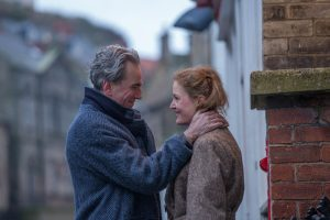 Szenenbild aus AM SEIDENEN FADEN - PHANTOM THREAD - Reynolds (Daniel Day-Lewis) und Alma (Vicky Krieps) - Credit : Laurie Sparham / Focus Features