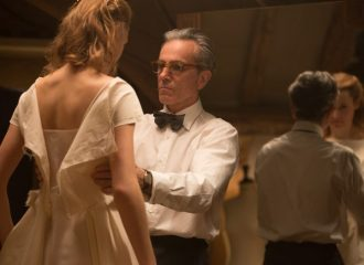 Szenenbild aus DER SEIDENE FADEN - PHANTOM THREAD - Alma (Vicky Krieps) und Reynolds (Daniel Day-Lewis) - Credit : Laurie Sparham / Focus Features