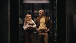 Szenenbild aus BATTLE OF THE SEXES (2017) - Marilyn Barnett (Andrea Riseborough) und Larry King (Austin Stowell) im Aufzug- © 20th Century Fox